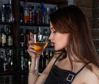 alkohol-bar-frau