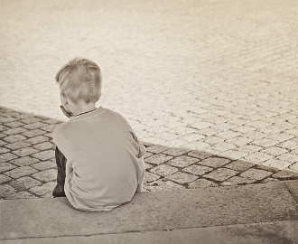 junge-allein-traurig