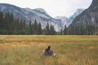 natur-berge-wald-paar